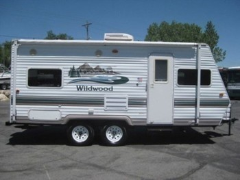 Sm wildwood 19 trailer outside