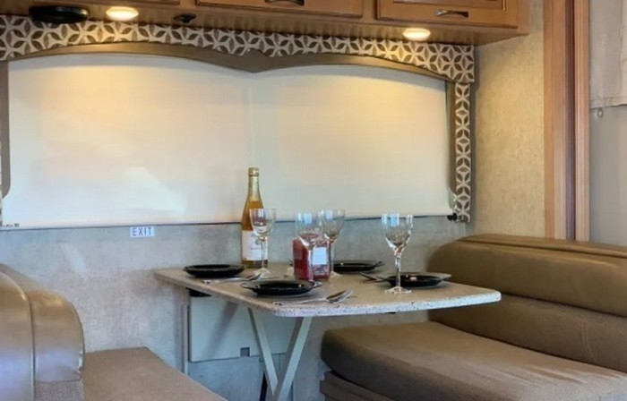 2017 thor four winds close up dinette staged pic 2