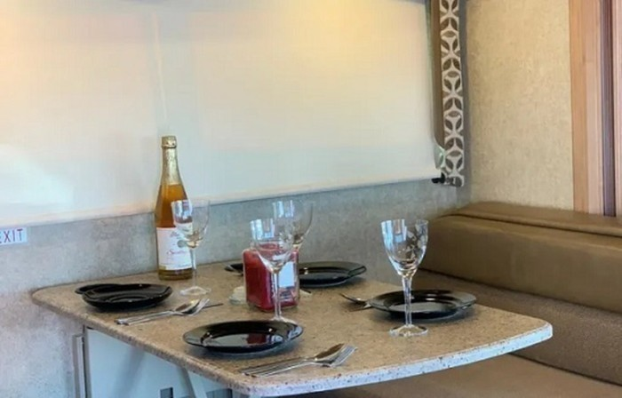 2017 thor four winds close up dinette staged pic 1