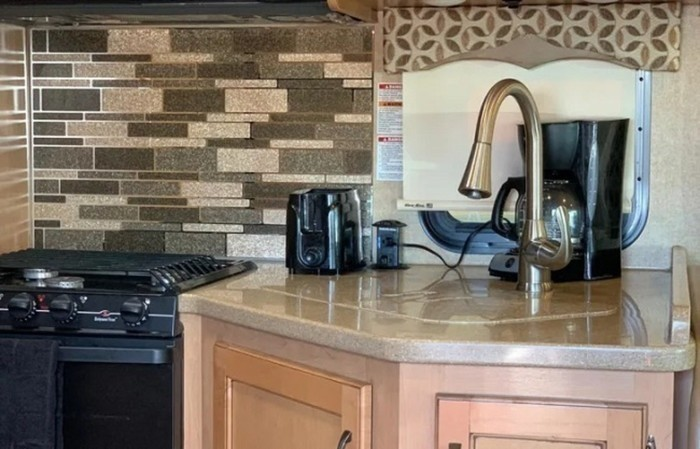 2017 thor four winds 31e kitchen staged close up pics